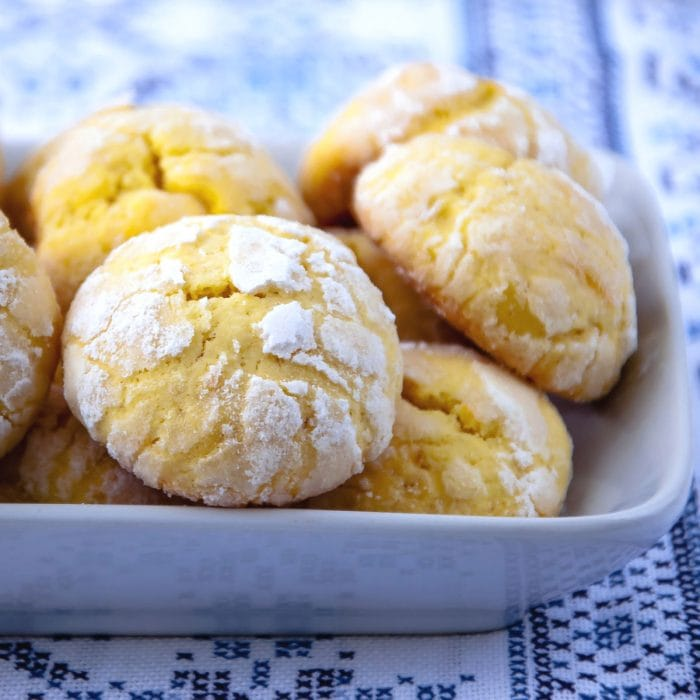 Lemon crackle cookies in a dish.