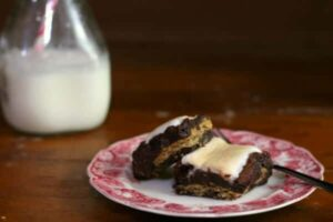 This rich, chocolatey s'mores brownies recipe is amazing! SO EASY!! from RestlessChipotle.com