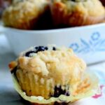 lemon blueberry muffins with crumble topping|restlesschipotle.com