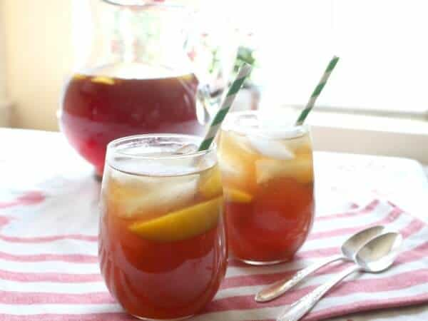 This bourbon peach tea is easy to make and SO good. From restlesschipotle.com