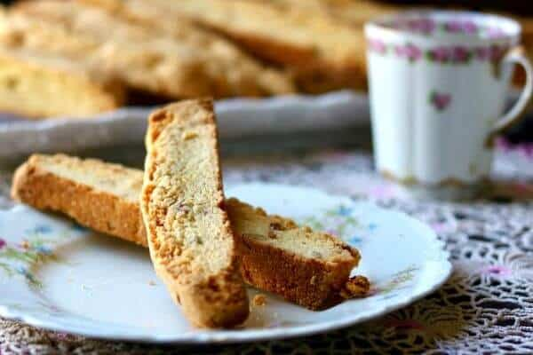 Delicious easy biscotti recipe flavored with cornmeal, bourbon, and pecans from restlesschipotle.com